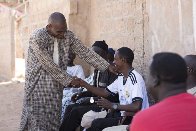 mannen schudden hand in Senegal