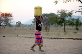 foto zambia meisje jerrycan