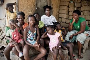 """""""Na de dood van mijn ouders en mijn kleine broertje werden we 21 dagen in quarantaine geplaatst"""", zegt Fatu (28 jaar, in het groen). """"De buren komen niet meer naar ons toe. Ze zeggen dat ebola in ons huis zit. Iedereen mijdt ons."""""""