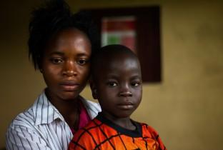"""Siah, 16 jaar, moet haar twee kleine broertjes alleen opvoeden: """"We huilen veel. Ik weet niet of ik alleen voor hen kan zorgen. Ik ben heel bang voor de toekomst en voor het virus. Ik wil mijn broertjes niet verliezen."""""""