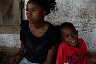 """""""'s Ochtends maak ik een beetje rijst voor mijn broers en zussen"""", zegt Miatta. Ze zegt ook dat het ministerie van Gezondheid hen 30 kopjes rijst heeft gegeven nadat hun moeder stierf. Sindsdien hebben ze van de overheid niets meer gekregen. """"Ik wil president worden van Liberia. Dan kan ik ervoor zorgen dat iedereen eten en medicijnen krijgt."""""""