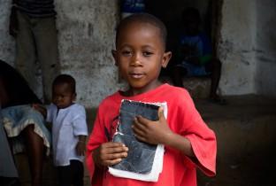 Musa en zijn vrienden krijgen soms eten van de buren of van de kerk. Ze proberen besmetting te voorkomen door regelmatig hun handen te wassen, maar ze hebben geen geld om waterzuiveringstabletten te kopen.