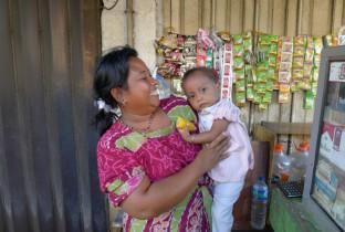 Verslag-1_Straatverkoopster-met-haar-dochter-in-Surabaya