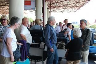 Verslag-1_de-groep-is-net-aangekomen-op-het-vliegveld-van-Surabaya1