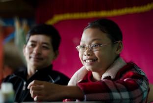 Yen (11) en haar vader Lam doen mee aan een training van Plan in het Vietnamese bergdorp Min Hoa.
