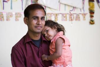 """Mahesh uit India koestert zijn dochter Mohini (2): """"Ik zou wel vijf dochters willen!"""" In het Let Girls be Born-project van Plan krijgen meisjes ook de kans om geboren te worden."""