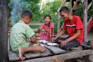 Vader Deoum An uit Cambodja geniet sinds de dood van zijn vrouw nog meer van de kookkunsten van zijn dochter Samuon (13). Samuon krijgt op school kookles en ze onderhoudt een eigen moestuin.