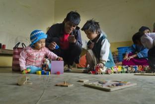Samen spelen en leren in een leer- en zorgcentrum van Plan in Sucre in Bolivia. Dit centrum is een veilige omgeving, speciaal voor jonge kinderen.