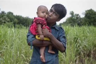 Nazir (19) uit Bangladesh is trots op zijn dochtertje Tonni van 6 maanden.