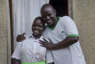 """Vader William uit Uganda zorgt voor maandverband voor Agnes en zijn vier andere dochters: """"Het is voor ons veel geld, maar het is 't waard, want zo kunnen Agnes en haar zussen gewoon naar school als ze ongesteld zijn."""""""