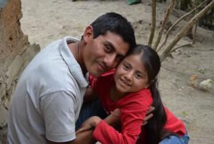 Alvaro uit Guatemala componeerde een liedje voor zijn gehandicapte dochter Naydelin (11) om haar te vertellen dat ze minstens zo waardevol is en net zo belangrijk als kinderen zonder een handicap.