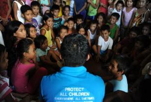Plan-medewerkers praten met kinderen
