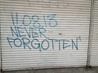 8 november 2013 never forgotten staat op een muur gespoten