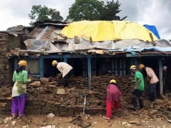Nepal een jaar later: beter en sterker herbouwen 201507-NPL-113-lpr