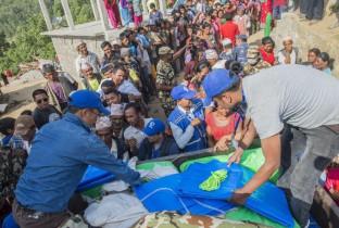 Nepal een jaar later: Distrubutie noodhulpgoederen 201505-NPL-546-lpr