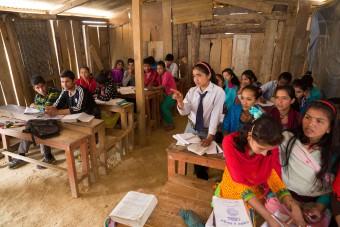 WB Nepal een jaar later: tijdelijke scholen 201603-NPL-60-lpr