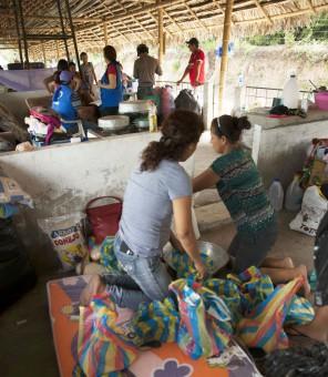 Vrijwilligers bouwen shelters in Ecuador 201601-ECU-91-lpr