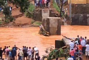 Modderstromen in Sierra Leone hebben aan honderden mensen het leven gekost. Een helling op een heuvel bij de hoofdstad Freetown is na hevige regenval gaan schuiven. Mensen in het rampgebied werden vroeg in de ochtend door de modderstroom verrast; velen van hen lagen nog te slapen. Het officiële dodental – waaronder zich ook vele kinderen bevinden - ligt al boven de 350. Dit aantal blijft stijgen en nog zeker zeshonderd mensen worden vermist. Het is momenteel nog niet bekend of zich onder de slachtoffers ook sponsorkinderen en hun families bevinden. Meer informatie hierover volgt zo snel mogelijk. Dakloos Op veel plekken is men bezig met het uitgraven van mensen die zijn bedolven. Militairen zijn ingezet om te helpen. Ook Plan International Sierra Leone biedt hulp met hun noodhulpteam. Veel huizen staan vol modder of water. Volgens schattingen zijn zeker 3000 inwoners dakloos geworden. Ook scholen zijn verwoest. Onbegaanbaar Het rampgebied is moeilijk te bereiken; veel wegen zijn door de modderstromen onbegaanbaar geworden. De ontstane ravage brengt ook weer nieuwe gevaren met zich mee. Doordat de sanitaire voorzieningen zijn getroffen, is er een grote kans op uitbraken van infectieziekten als tyfus, cholera en diarree. Oorzaak overstromingen De natuurramp gebeurde in de buitenwijken van Freetown. Die zijn gelegen in heuvels dicht bij de kust. Er is weinig vlak gebied rond de hoofdstad, waardoor veel arme mensen hun huizen op de hellingen hebben gebouwd. Door het vele kappen van bomen is er veel ontbossing in het gebied, waardoor het regenwater snel het dal kan instromen. Dit zorgt voor grote problemen, helemaal omdat veel van de arme wijken in Freetown illegaal zijn gebouwd en geen afwateringssysteem hebben.