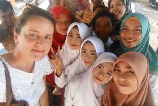 Margot bij het toneelstuk ongesteldheid in Indonesie