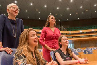 Dewy en Anna tijdens Wereldmeisjesdag girl take over Tweede Kamer