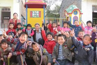 Ad van den Berg bezoekt de kinderen van zijn project in China