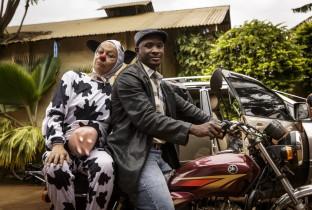 Clowns brengen een lach naar vluchtelingenkinderen in Tanzania
